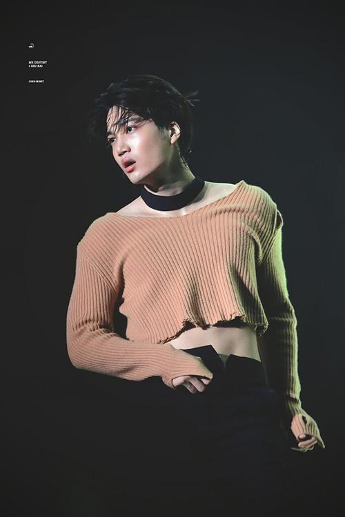 Kai là thần tượng có tần suất mặc crop top nhiều nhất Kpop. Trong thời gian quảng bá Love Shot, thành viên EXO theo đuổi hình ảnh unisex. Những chiếc áo của Kai đều được cắt ngắn, khiến anh chàng để lộ cơ bụng khi nhảy.