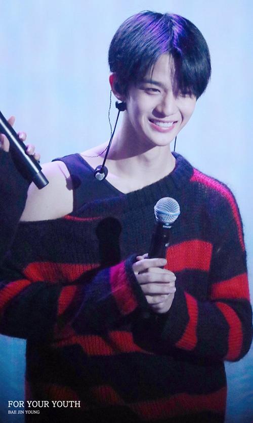 Một chiếc áo sweater bình thường hợp với Bae Jin Young hơn là kiểu áo lệch vai điệu đà.