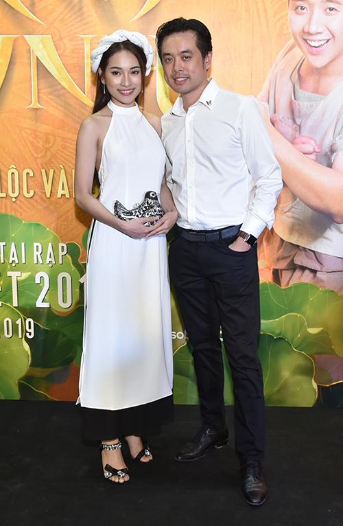Dương Khắc Linh và bạn gái Ngọc Duyên đến chúc mừng đoàn phim.