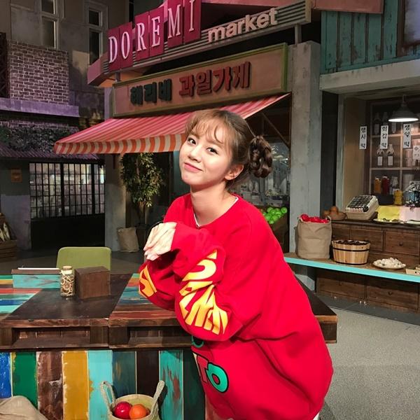 Hye Ri hack tuổi với kiểu tóc cute, cách tạo dáng ngộ nghĩnh.