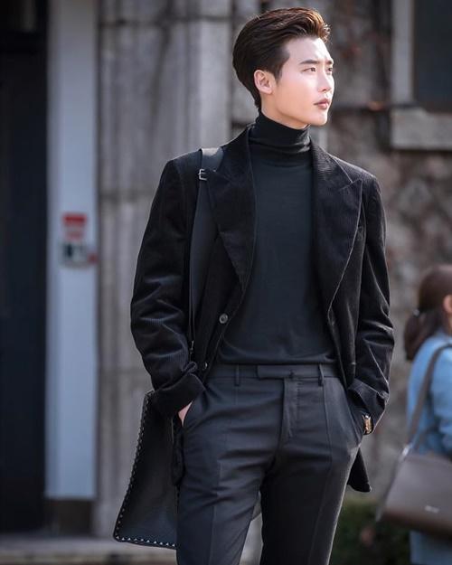 Lee Jong Suk diện cây đen, phong thái chất ngầu trên trường quay.