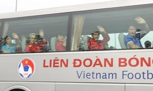 Tuyển Việt Nam chỉ kịp chào người hâm mộ qua cửa kính khi về nước