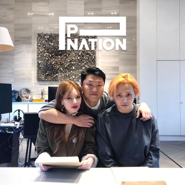 Hyun Ah  EDawn chụp ảnh cùng PSY.