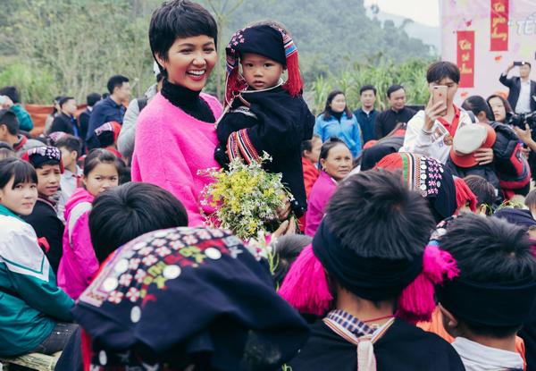 Hình ảnh đáng yêu, gần gũi của HHen Niê khi lên thăm Tây Bắc khiến người hâm mộ thích thú.