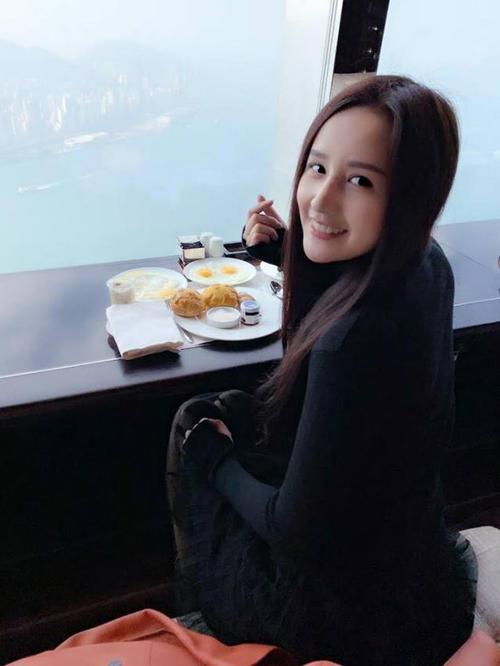 Mai Phương Thúy vừa ăn sáng vừa ngắm khung cảnh Hong Kong từ trên cao.