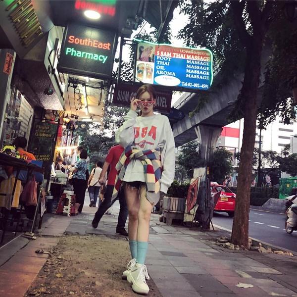 Hyun Ah khoe street style chất trên đường phố Thái Lan.
