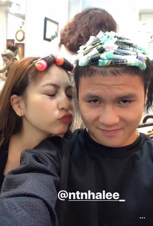 Quang Hải cũng đi làm điệu chuẩn bị đón Tết. Chàng tiền vệ đi làm tóc cùng bạn gái Nhật Lê. Cả hai cùng được tạo kiểu uốn xoăn.