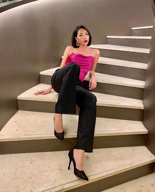 Minh Triệu ngả ngốn trên bậc cầu thang nhưng trông vẫn đầy sang chảnh.