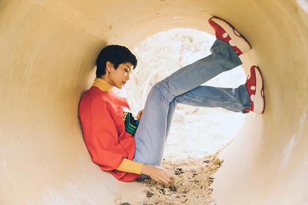 Ngồi trong ống nước tạo dáng nhưng trông HHen Niê vẫn đầy thần thái.