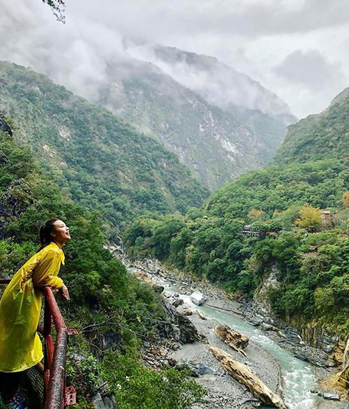 Hoàng Oanh thích mê trước khung cảnh thiên nhiên hùng vĩ ở Đài Loan.
