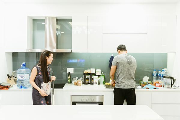 Hai vợ chồng xắn tay áo lau nhà, vào bếp sắp xếp, rửa dọn một số dụng cụ.