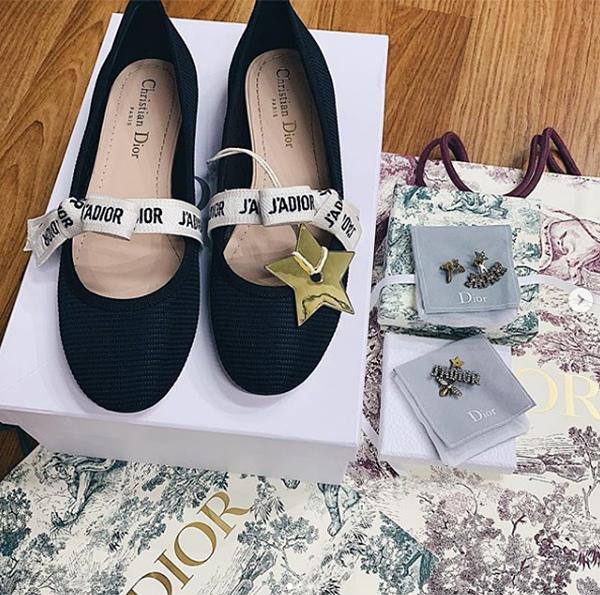 Trở về Việt Nam sau những ngày thi đấu Asian Cup 2019, Duy Mạnh tặng cho bạn gái một đôi giày và set bông tai đều của Dior. Những món đồ này rất phù hợp với phong cách tiểu thư của Quỳnh Anh.