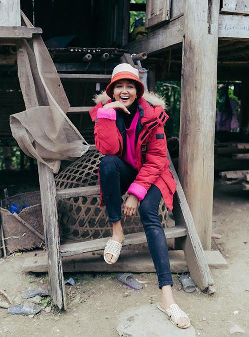 Người đẹp đội mũ cũ, đi dép tổ ong bất chấp việc có thể ảnh hưởng hình ảnh. Dù mặc đồ mộc mạcnhưng nụ cười của HHen Niê vẫn rất tỏa nắng. Một khán giả Philippines bày tỏ: Cô ấy đẹp một cách tự nhiên, không màu mè.