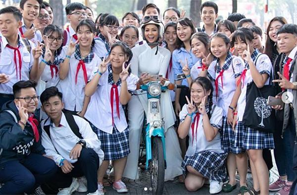 Sau khi trở về từ Miss Universe 2018, người đẹp ngay lập tức bắt tay vào các dự án thiện nguyện, cộng đồng, song song với việc tham gia các sự kiện. Đi đến đâu, HHen Niê cũng được chào đón rất nhiệt tình.