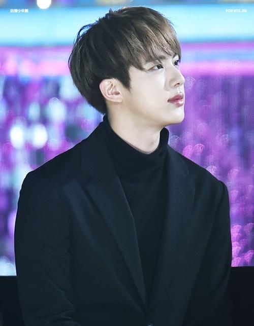 Jin (tên thật Kim Seok Jin) sinh năm 1992, vốn được biết đến là visual  của BTS. Anh chàng từng trở thành hiện tượng mạng xã hội vì khoảnh khắc  quá đẹp trai khi& mở cửa xe trong một lễ trao giải. Biệt danh Worldwide  Handsome (trai đẹp toàn cầu) thường xuyên được chính Jin và các Army  sử dụng mỗi khi nhắc đến vẻ đẹp của anh cả BTS.