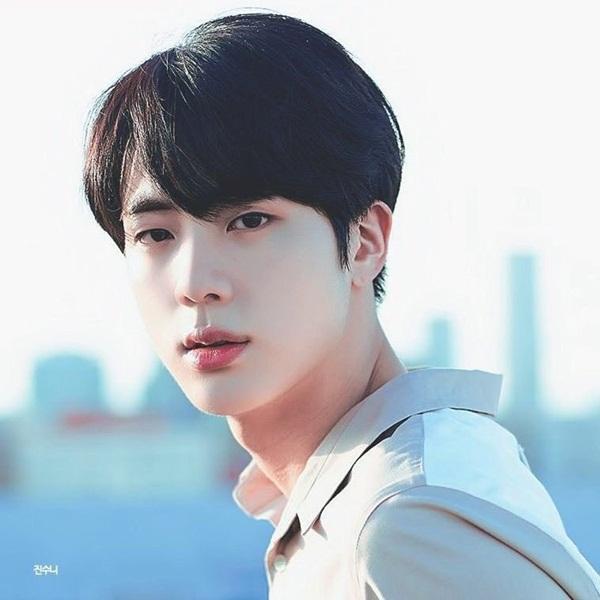 Nhiều fan từng gặp Jin ở ngoài đời cũng nhận xét, anh cả BTS có vẻ đẹp  như thiên thần. Không chỉ đẹp trai, Jin còn có chiều cao ấn tượng và  bờ vai Thái Bình Dương vững chãi. Mỗi lần xuất hiện là một lần khiến  người đối diện choáng ngợp.