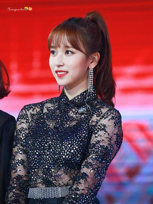 Mina được khen nức nở khi buộc tóc cao sang chảnh, làm tôn lên vẻ thanh thoát của gương mặt và đặc biệt là chiếc hoa tai dài rất hợp không khí lễ hội.