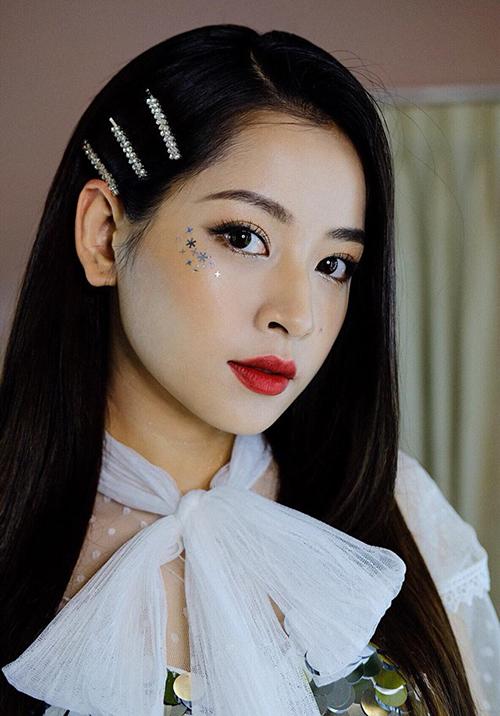 Muốn gương mặt được sáng bừng trong ngày Tết, hãy thử các kiểu kẹp đính đá, màu sắc nổi bật như Chi Pu.