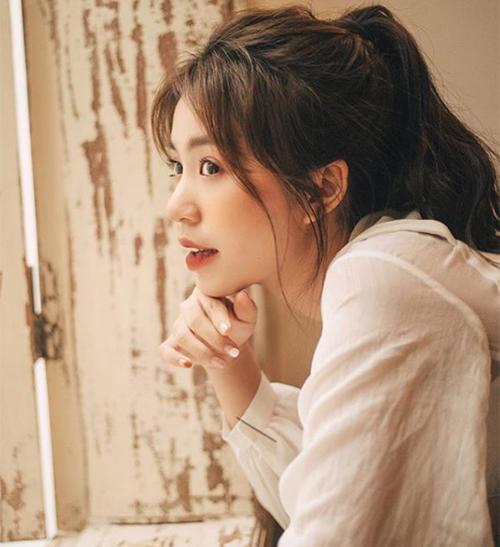 Các cô gái Việt cũng đang thích mê kiểu tóc đuôi ngựa. Muốn trông trẻ trung, ăn gian tuổi, bạn có thể học cách buộc đuôi ngựa nửa, uốn xoăn nhẹ nhàng như Mẫn Tiên.