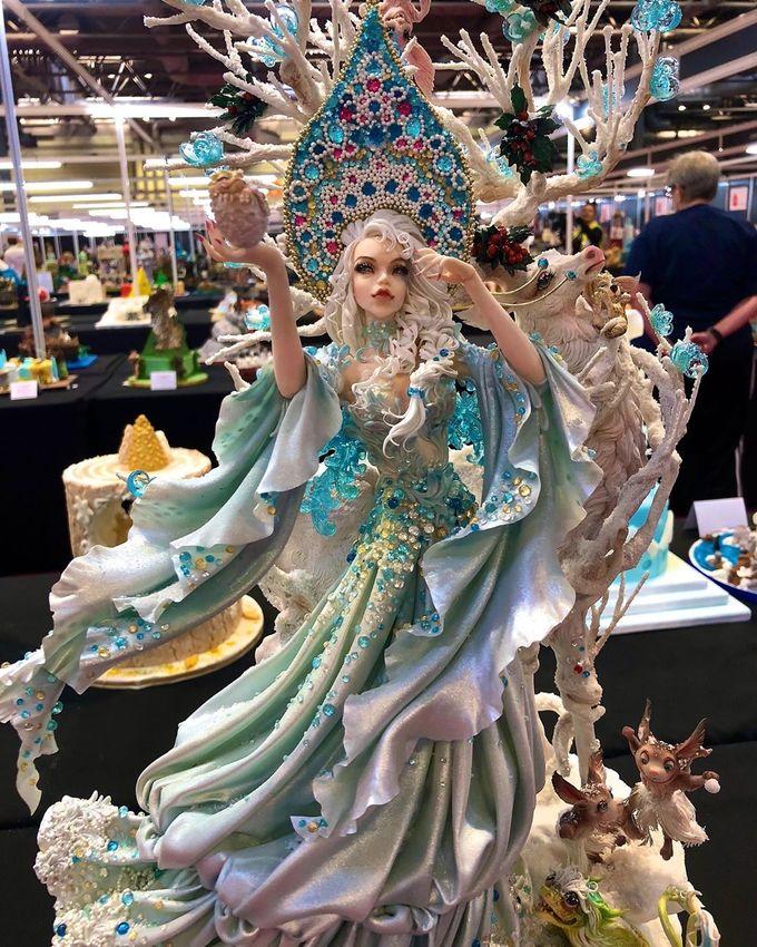 """<p> Chẳng ai nghĩ """"bức tượng"""" nàng công chúa kiêu sa này thực chất là một chiếc bánh kem.</p>"""
