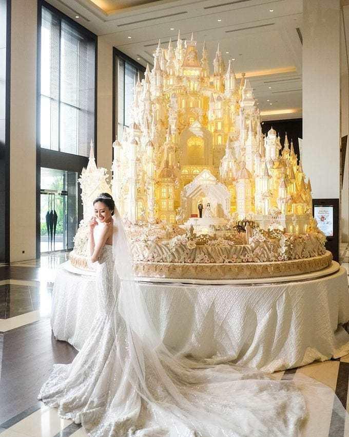 <p> Ai cũng mong muốn mình là cô dâu rực rỡ nhất, sở hữu một tòa lâu đài bánh kem.</p>