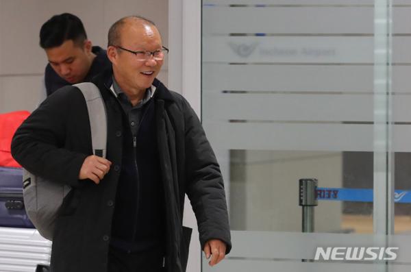 HLV Park Hang-seo tươi cười trước phóng viên Hàn Quốc đã đợi sẵn tại sân bay.