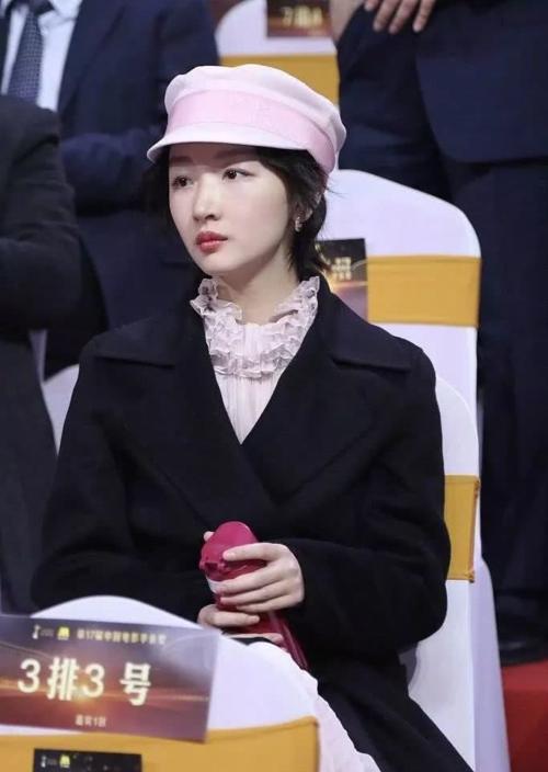 Đi thảm đỏ với chiếc váy hồng không tay, vừa vào trong khán phòng, Châu Đông Vũ khoác ngay áo dạ ấm, cầm bình giữ nhiệt.