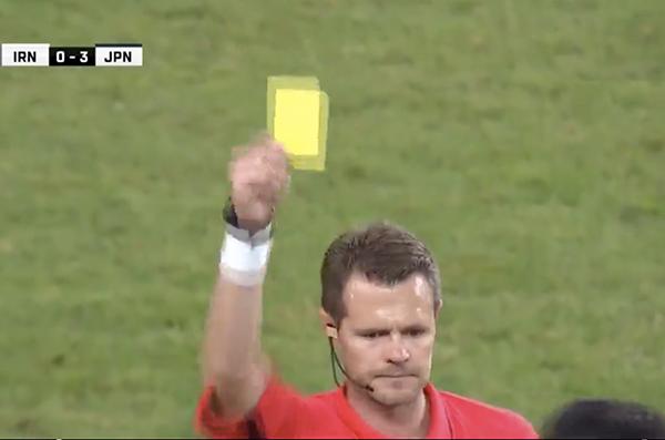 Thẻ vàng được rút ra cho cầu thủ mang áo số 20 của Iran.