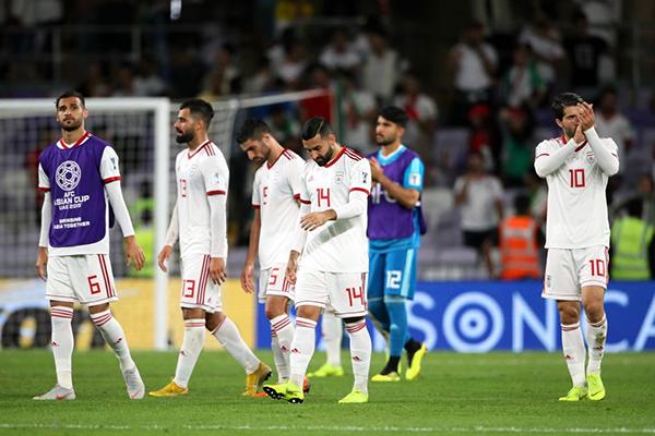 Trận bán kết đầu tiên của Asian Cup 2019 giữa Iran - Nhật Bản diễn ra tối 28/1. Kết quả bất ngờ khi ứng cử viên vô địch Iran bị Nhật Bản đánh bại với tỷ số chung cuộc 3-0. Các chàng trai Iran rời sân cỏ với những cái cúi đầu xuống đất. Trước trận đấu, các chàng trai này được nhận xét khó bị đánh bại. Ảnh: Getty