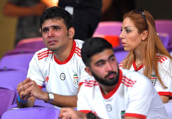 Trong khi đó, trước trận thua ê chề, các CĐV Iran đã bật khóc trên khán đài khi dõi theo trận đấu. Ảnh: Getty.