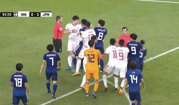 Sau khi bị dẫn 2 bàn, ởphút bù giờ cuối cùng cùng của hiệp đấu thứ hai, Nhật Bản tiếp tục chọc thủng lưới Iran, nâng tỷ số lên 3-0. Trên sân cỏ bất ngờ xảy ra cảnh tượng hỗn loạn giữa các cầu thủ hai bên. Theo camera ghi lại, cầu thủ số 20 của Iran đã có hành động không đẹp với một cầu thủ Nhật Bản. Sau đó, nhiều chàng trai áo xanh lao vào để bênh đồng đội. Một cuộc xô xát đã diễn ra trên sân.