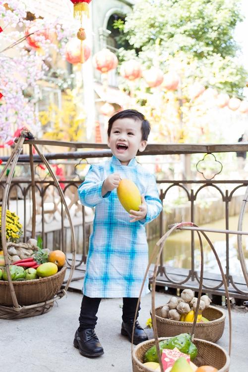 Ngọc Lan cho biết con trai năm nay đã lớn hơn nên nhận biết rõ hơn khung cảnh trang trí ngày Tết. Khi được ba mẹ mặc áo bà ba và chụp ảnh trong khung cảnh đồng quê, cậu bé rất phấn khích.