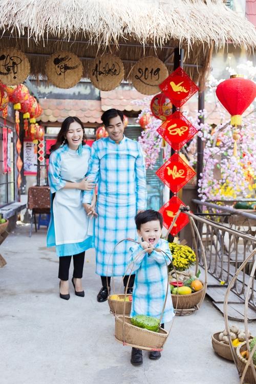 Khép lại một năm trọn vẹn trong công việc, Ngọc Lan cùng ông xã Thanh Bình dẫn con trai đi đón Tết sớm. Họ diện áo dài, áo bà ba giữa không gian của ngày Tết truyền thông dân tộc