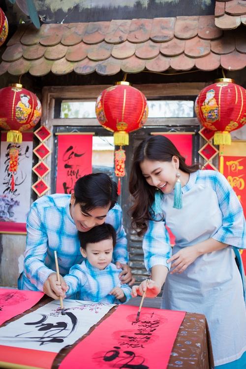 Cặp đôi đẹp của làng phim Việt nhí nhảnh tạo dáng cùng con trai Louis Bình An. Cậu nhóc gần tròn hai tuổi nhưng đã bạo dạn với ống kính.