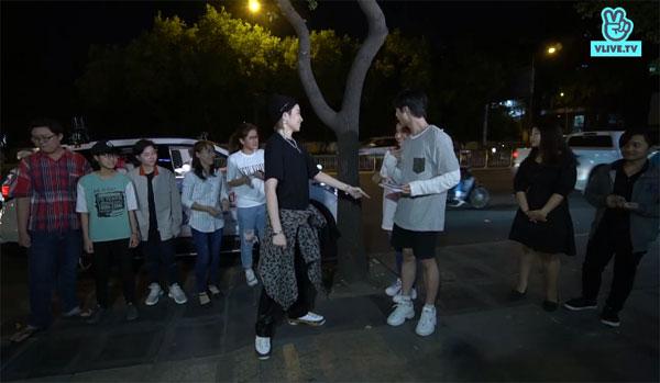 Trước đó, khi mở đầu chương trình, Gil Lê cùng hai MC Khả Như và Toof.P có màn giao lưu cùng các fan và chia thành hai đội để thi nhảy.
