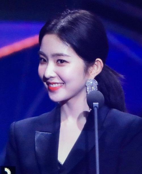 Tại lễ trao giải Seoul Music Award vừa qua, Irene cũng gây sốt khi thay đổi kiểu tóc. Mái tóc đuôi ngựa buộc thấp khiến cô thêm phần sang chảnh, quyền lực.