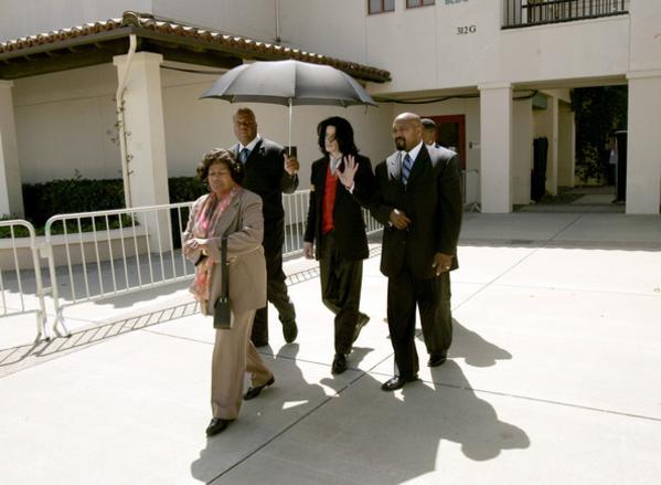 Hình ảnh Michael Jackson được triệu tập tại tòa án Santa Barbara cho vụ kiện vào năm 2005.