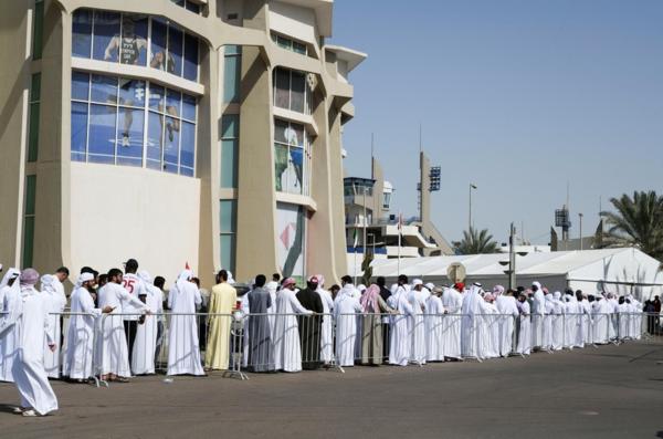 Hàng trăm người hâm mộ bóng đá UAE xếp hàng lấyvé tham dự Asian Cup miễn phí.