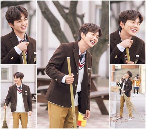 Yoo Seong Ho sinh năm 1993,ra trường hơn 7 năm nhưng anh chàng khiến các fan nữ phát cuồng vì hình ảnh nam sinh hoàn hảo, từng biểu cảm đều xuất sắc và đẹp như đang đóng quảng cáo. Em trai quốc dân chứng minh khả năng diễn xuất khi đã 26 tuổi vẫn diễn vai học sinh cấp 3 ngọt xớt.