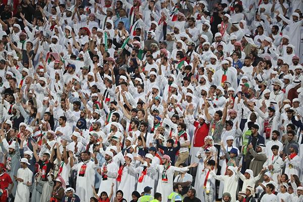 Trên khán đài phần lớn là CĐV UAE.Trước trận, Hoàng tử UAE đã mua hết sạch vé, phát cho CĐV nhà, ngăn người Qatar tới sân.