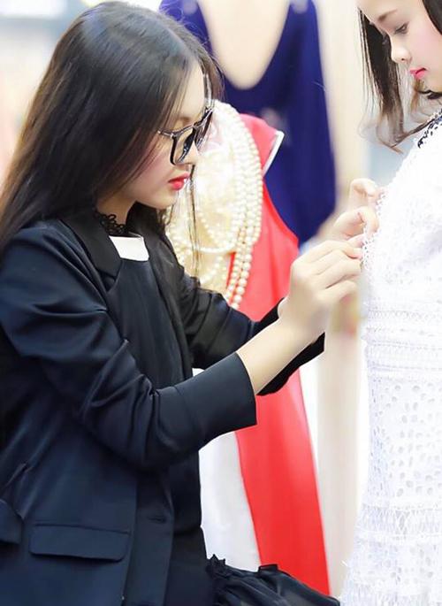 Tiểu mỹ nhân còn có khả năng thiết kế thời trang, từng giới thiệu bộ sưu tập áo dài do chính mình sáng tạo.