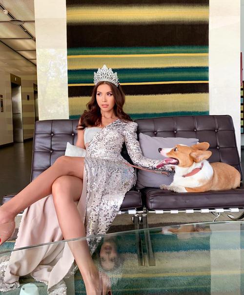 Minh Tú lần đầu đội vương miện Miss Supranational Asia đi chụp hình cùng cún cưng.