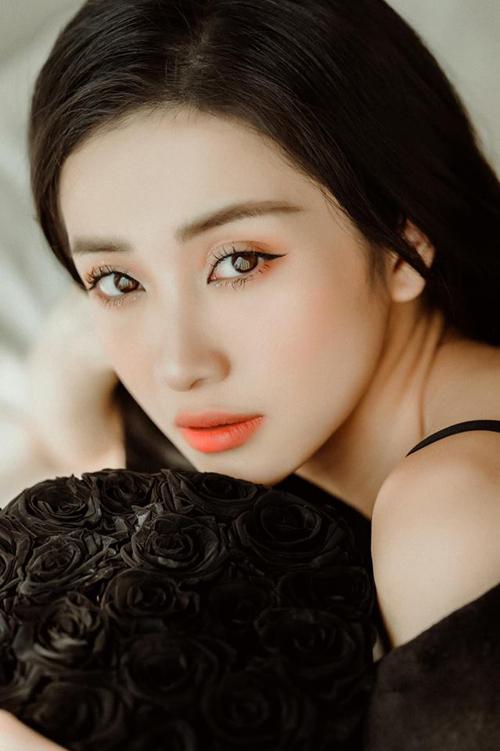 Jun Vũ đầy ma mị, quyến rũ với lối trang điểm sắc lạnh.