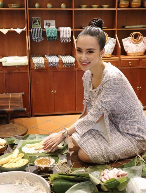 Angela Phương Trinh đẹp dịu dàng khi tự tay gói bánh chưng đem tặng.