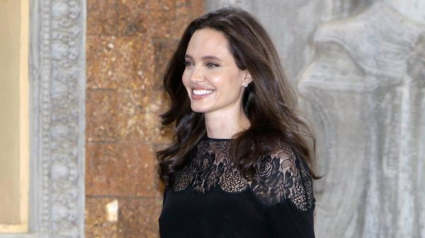 Angelina Jolie tiếp tục chinh phục nhiều cột mốc mới trong sự nghiệp sau nhiều sự đổ vỡ về đời tư.