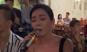 Lệ Quyên 'gây sốt' khi hát live bằng loa kẹo kéo