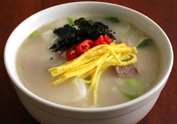 Món súp bánh gạo là món ăn truyền thống trong dịp Tết ở Hàn.