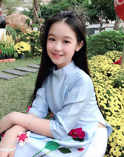 Với hơn 123 nghìn người theo dõi trên Facebook, Lê Huỳnh Bảo Ngọc là một trong những sao nhí nổi tiếng nhất hiện tại. Cô nhóc sinh năm 2008, năm nay mới 11 tuổi nhưng sớm bộc lộ vẻ đẹp thanh tú ra dáng một hoa hậu tương lai.
