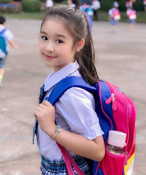 Với đôi mắt to tròn trong sáng, khuôn miệng chúm chím, Hoa khôi nhí đến từ Cần Thơ trông rạng ngời ngay cả khi đến trường.