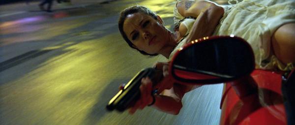 Angelina Jolie trong một vai diễn hành động của Wanted.